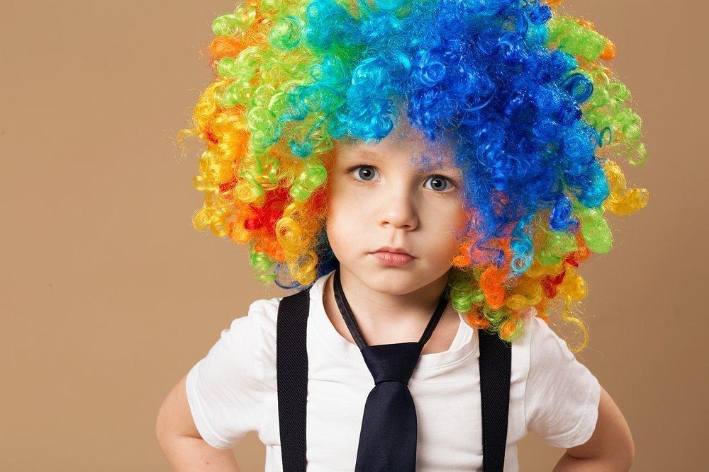 Ребенок в парике