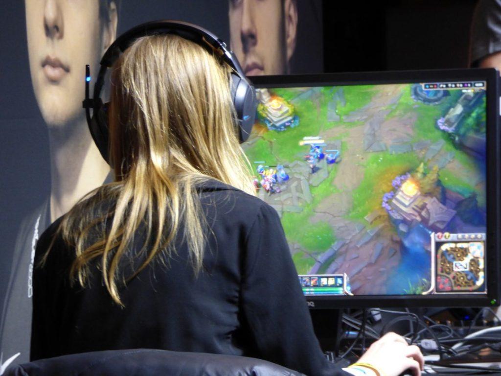 Девушка играет в компьютер